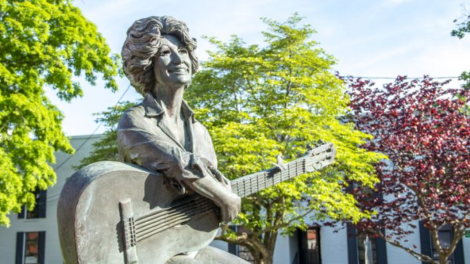 A picture of a Dolly Parton statue in Gatlinburg Tennessee